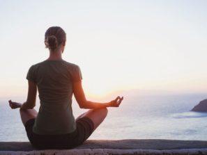 Žena sedí a medituje