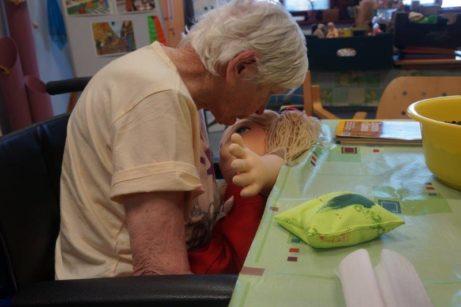 použití terapeutických panenek u seniorů s alzheimerovým onemocněním