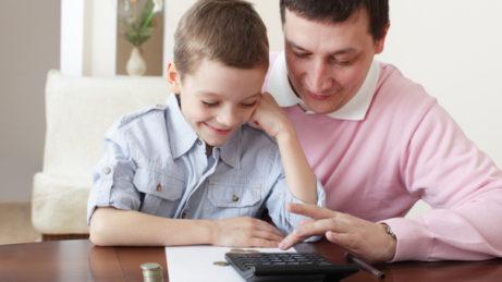 Otec učí syna hospodařit s penězi
