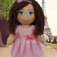Terapeutická panenka v růžových šatech v Paříži