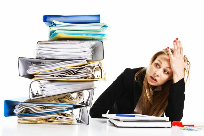 žena zažívá stres v práci a neschopnost relaxovat a meditovat