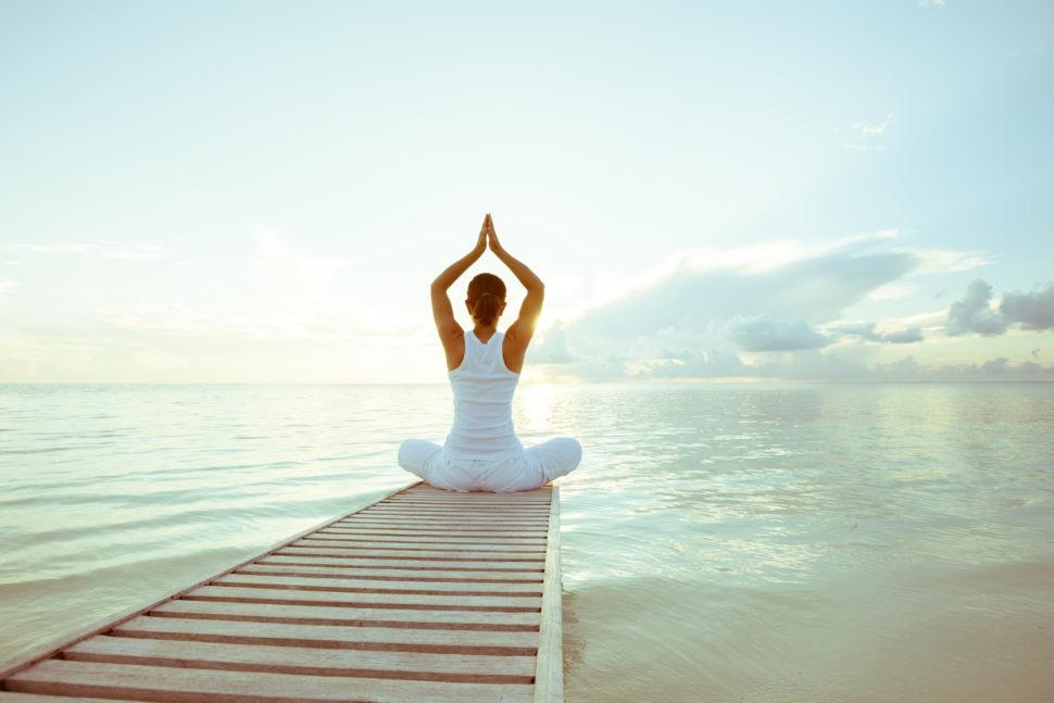 žena meditující, meditace a relaxace na pláži u moře