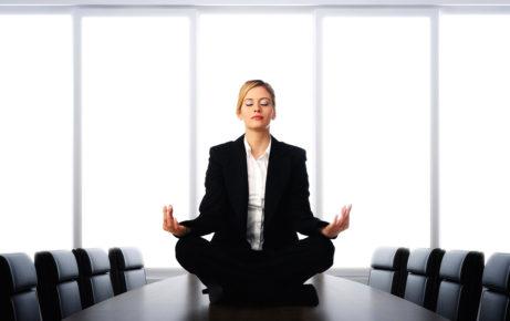 Žena medituje a relaxuje v pracovním prostředí