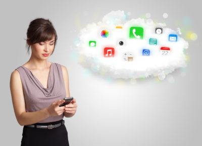 žena na mobilu kontroluje facebook a instagram